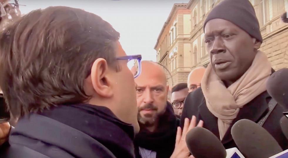 Il sindaco Nardella (di spalle) con un rappresentante della comunità senegalese