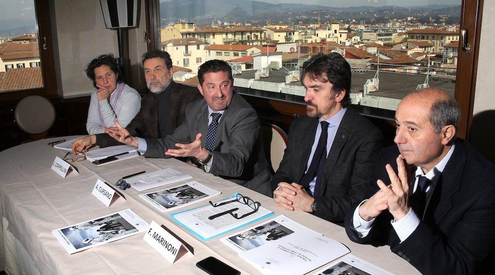 Aldo Cursano e Franco Marinoni (secondo da destra) al Consiglio di Confcommercio Firenze