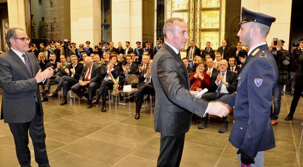 L'agente della Stradale Salvatore Antogiovanni premiato dal vice capo della Polizia Luigi Savina e (a sin.) dal questore Alberto Intini