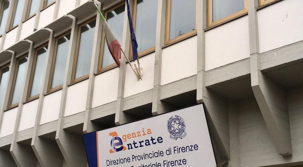 Bandiere vittima del degrado sul palazzo dell'Agenzia delle Entrate a Firenze