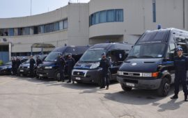 Mezzi della Polizia Penitenziaria nel cortile del carcere di Sollicciano