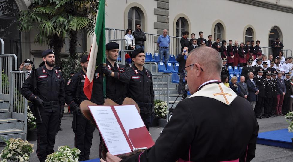 Il cappellano monsignor Mauro Tramontano davanti alla Bandiera del VI Battaglione Carabinieri Toscana