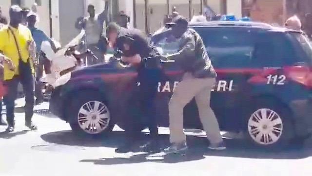 Una sequenza del filmato dell'aggressione a Pisa