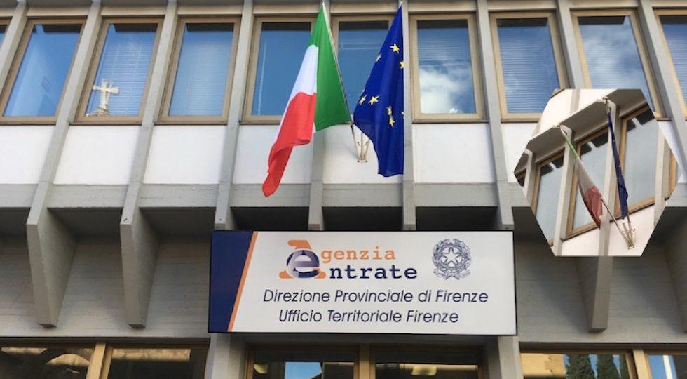 Bandiera italiana ed europea tutte nuove all'Agenzia delle Entrate a Firenze (nel riquadro : come erano prima)