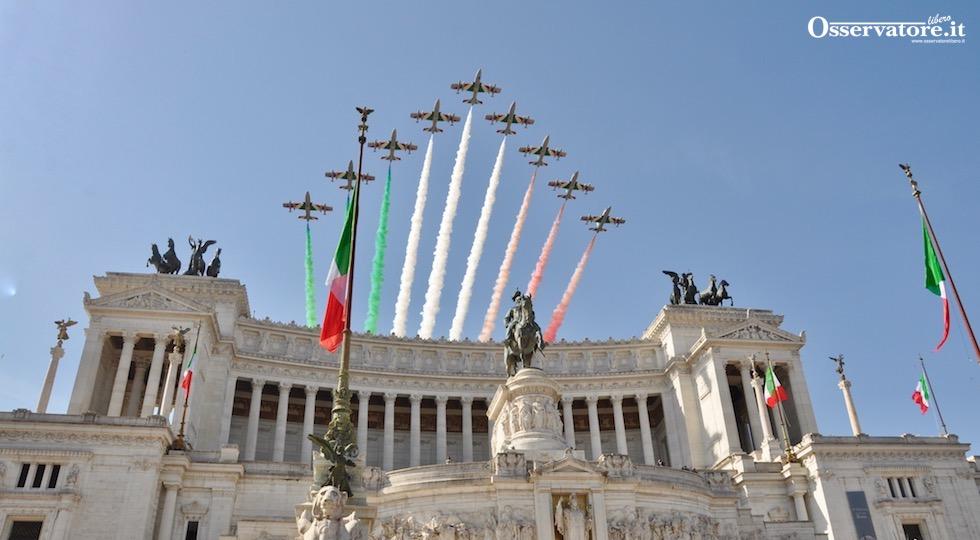 Le Frecce Tricolori sorvolano l'Altare della Patria durante la Festa della Repubblica