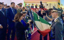 La presidente del Senato Alberti Casellati consegna una medaglia d'oro alla Bandiera di guerra della Guardia di Finanza