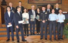 Il generale Stefano Fort (al centro) con i giovani premiati e i partecupanti al convegno sul volo di notte