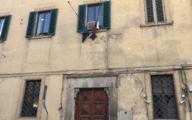 Bandiere vecchie al Tribunale dei Minorenni di Firenze