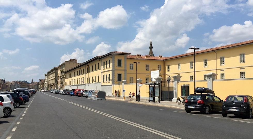 La caserma De Laugier sul lungarno della Zecca a Firenze