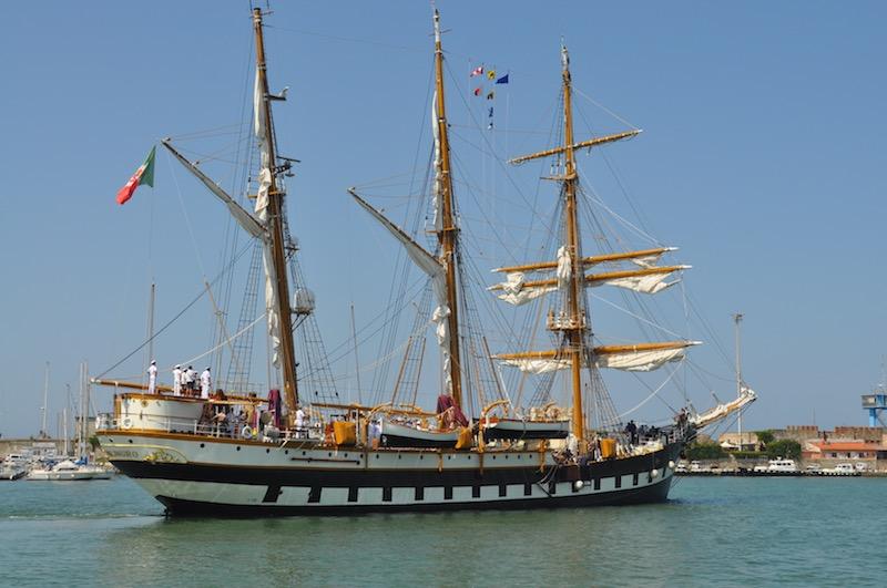 Nave Palinuro in partenza da Livorno nel 2015