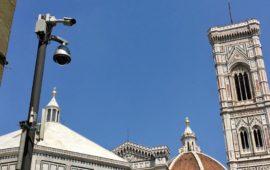 Una telecamera di videosorveglianza in piazza San Giovanni a Firenze
