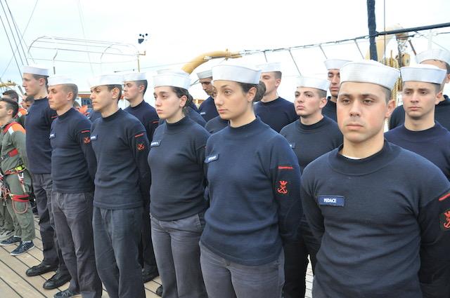 Allievi schierati sul ponte di Nave Vespucci
