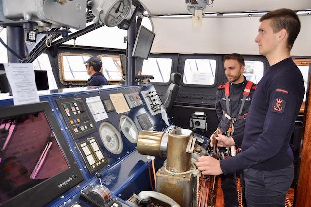 Un allievo dell'Accademia Navale al timone del Vespucci