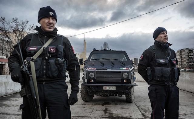 Carabinieri durante un pattugliamento in Kosovo
