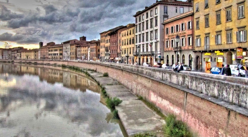 Un tratto del Lungarno Pacinotti a Pisa dove è caduto Sebastian Keane
