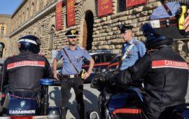 Davanti a Palazzo Pitti a Firenze un capo equipaggio dei carabinieri indossa la pistola elettronica taser