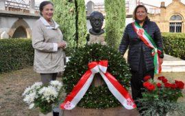 Rossella Segreto Annigoni (a sin.) e Maria Federica Giuliani presso la tomba di Pietro Annigoni