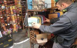 Controlli congiunti di Finanza e Polizia Municipale tra le bancarelle del Mercato di san Lorenzo a Firenze