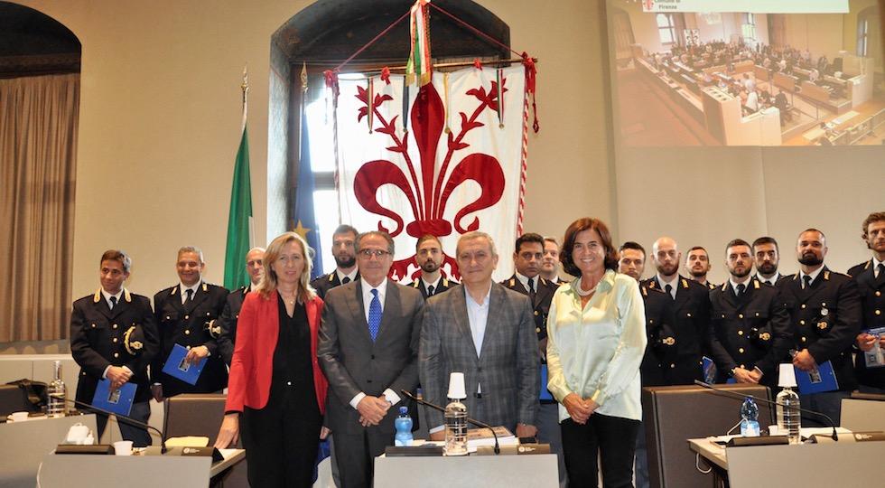 I poliziotti in Palazzo Vecchio. In primo piano al centro il questore Alberto Intini e il presidente del consiglio comunale Andrea Ceccarelli