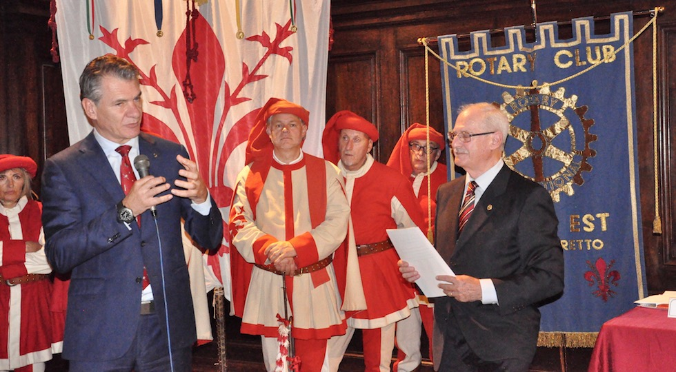 Paolo Nespoli (a sin.) premiato al Rotary Firenze Est