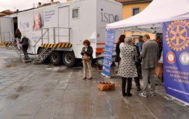 Il gazebo del Rotary e il furgone Ispro in Largo Annigoni a Firenze
