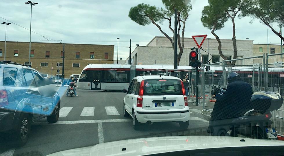 È lunga l'attesa al semaforo di piazza Adua per consentire il transito della tramvia