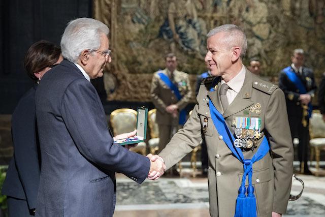 Il Presidente Mattarella si congratula con il generale Fungo (Foto Uff Stampa Quirinale)