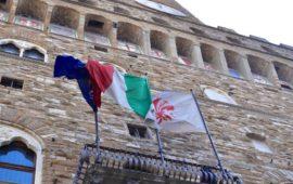 Bandiere ordinatamente esposte a Palazzo Vecchio a Firenze