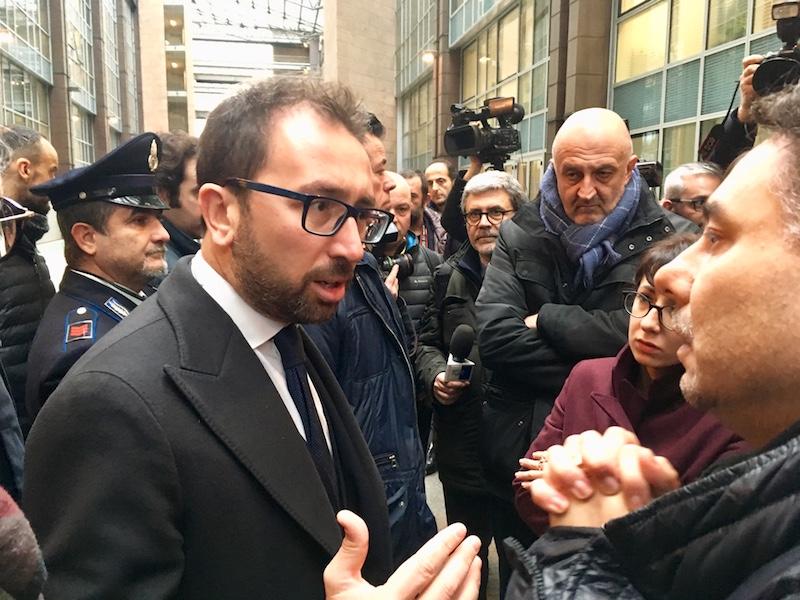 Il ministro Alfonso Bonafede parla con i precari del Tribunale di Firenze