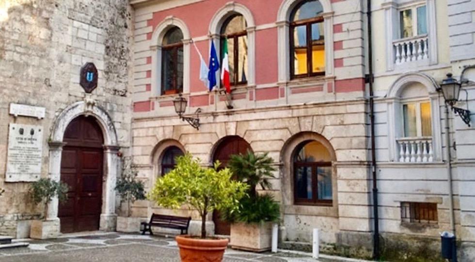 Le bandiere esposte (fuori ordine) nel Palazzo Comunale di Isernia