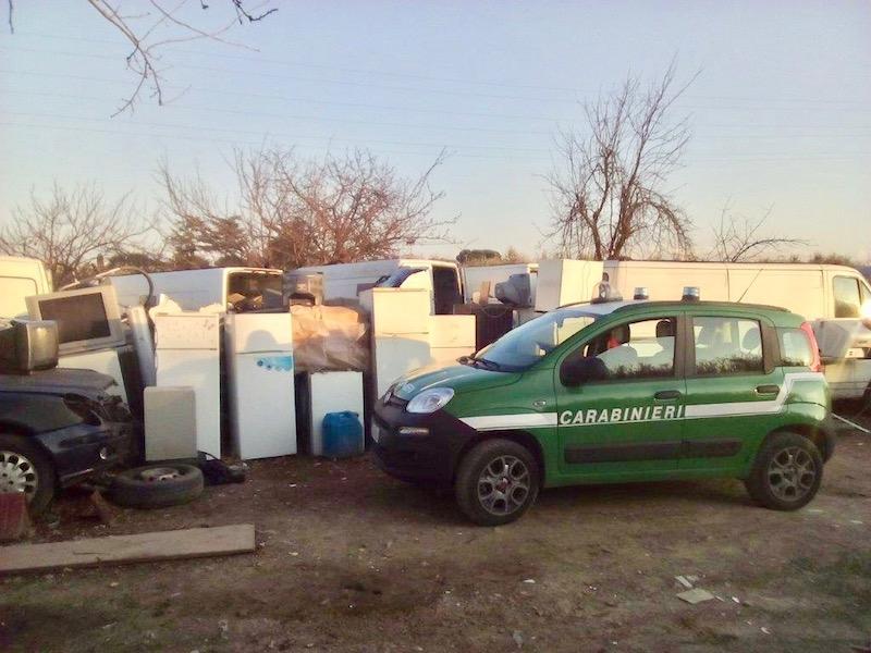 Rifiuti abbandonati nella zona di Paperino a Prato