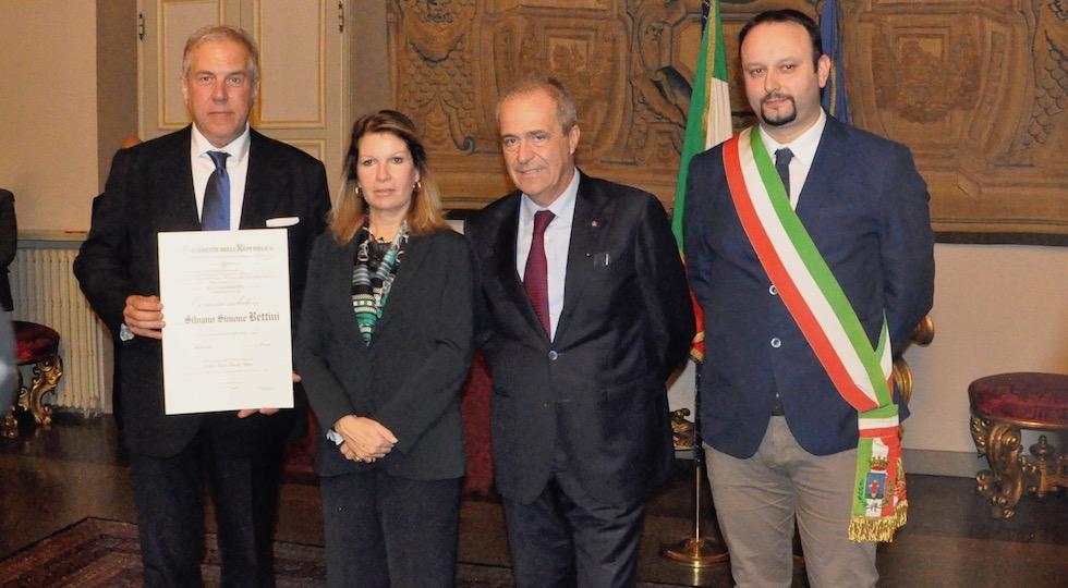 Il neo commendatore Simone Silvano Bettini (a sin) con il prefetto Laura Lega, il presidente di Confindustria Firenze Luigi Salvadori, il sindaco di Borgo San Lorenzo Paolo Omoboni