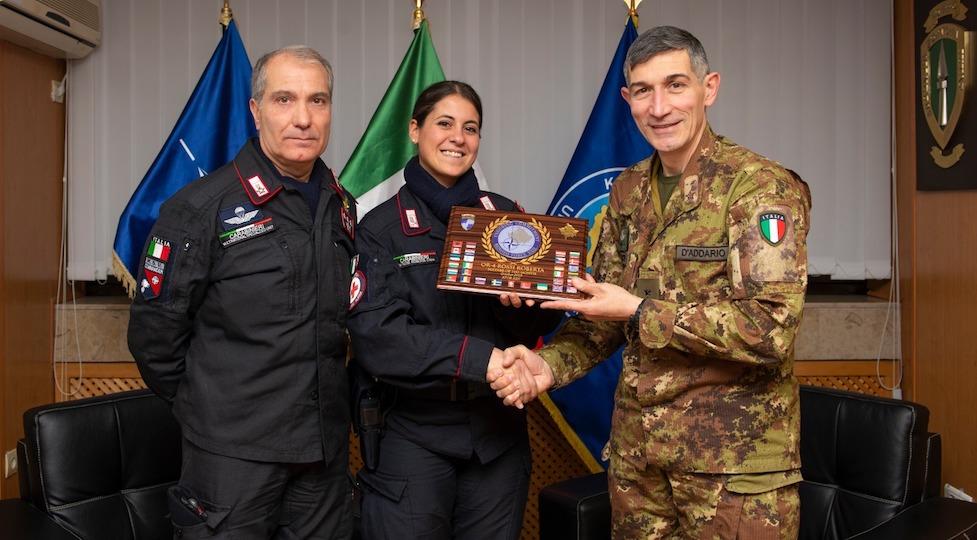 Il carabiniere Roberta Rossi, tra il colonnello Ruggiero Capodivento (a sin.) e il generale Lorenzo D'Addario, comandante Nato in Kosovo