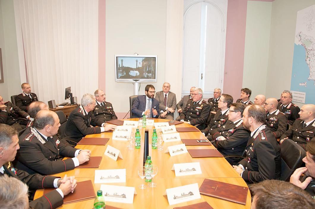 Il sottosegretario Tofalo durante il briefing alla Legione Toscana