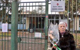 Mariella Magi Dionisi davanti alla scuola che porta il nome del marito poliziotto ucciso dai terroristi nel 1978