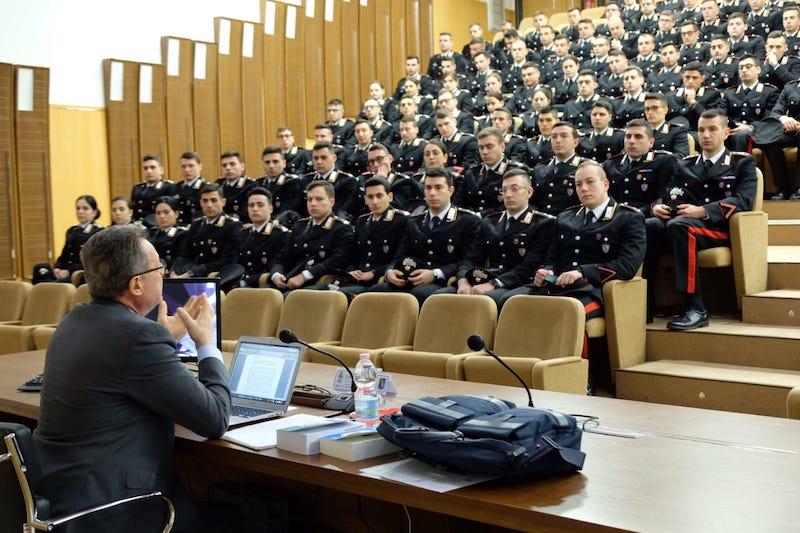 Il pm Antonio Sabino durante la lezione agli allievi Marescialli dell'Arma