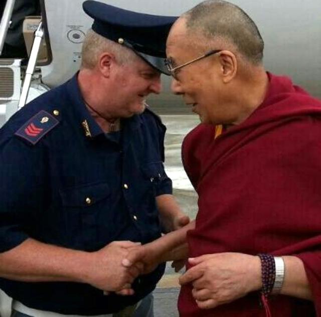 Il Dalai Lama stringe la mano al poliziotto Fabio Baratella durante una visita in Toscana