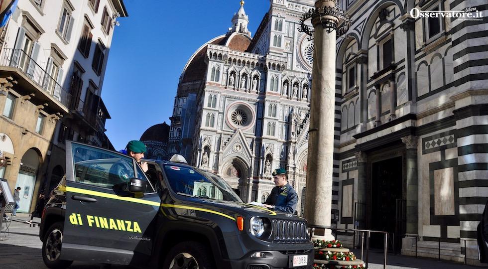 Una pattuglia della Finanza nel centro di Firenze