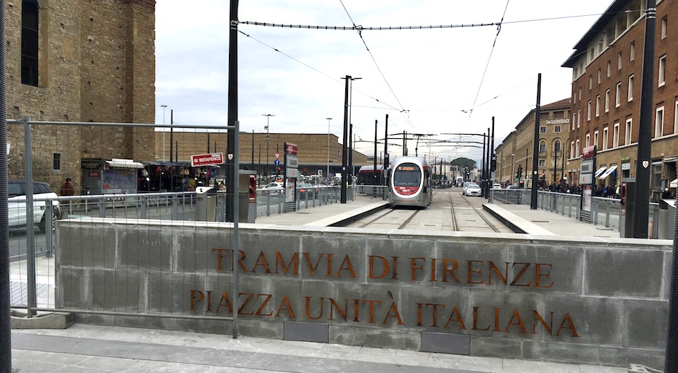 Il capolinea della nuova Tramvia T2 Vespucci in piazza dell'Unità a Firenze