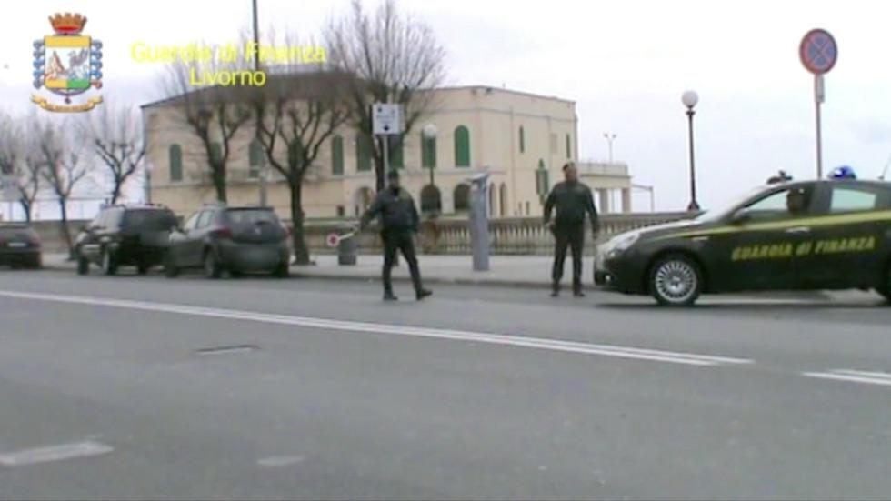 Un posto di blocco della Finanza sul lungomare di Livorno
