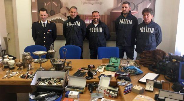 Poliziotti della Squadra Mobile di Firenze con la refurtiva di almeno 10 furti