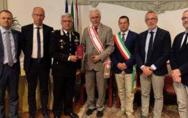 Il presidente Eugenio Giani consegna al generale Nicola Massimo Masciulli il Gonfalone d'argento del Consiglio Regionale della Toscana