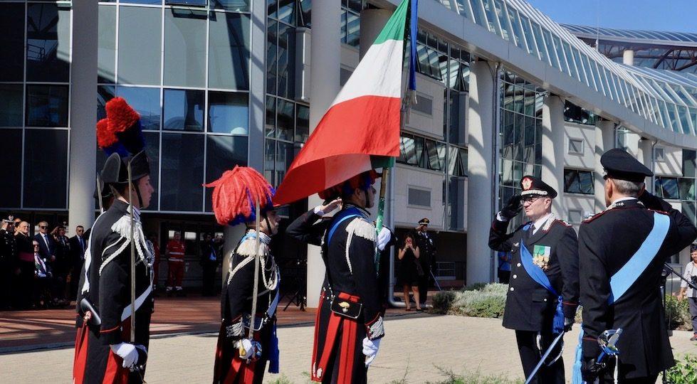 Il generale Cavallo saluta la Bandiera della Scuola Marescialli Carabinieri