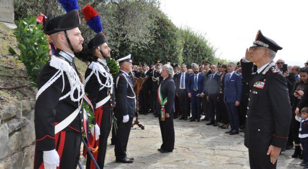 Il generale Nistri e la sindaco Ravoni al monumento dei Carabinieri martiri di Fiesole