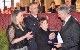 La madre del Vigile del Fuoco Stefano Colasanti riceve lo Scudo di San Martino alla memoria del figlio