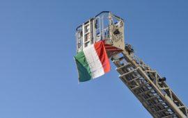La bandiera sull'autoscala dei Vigili del Fuoco per Santa Barbara 2019
