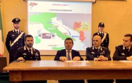 Il procuratore capo di Firenze Giuseppe Creazzo con igli ufficiali dei Carabinieri che hanno diretto le operazioni