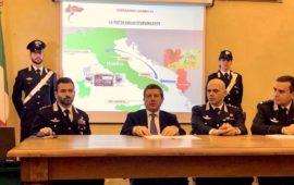 Il procuratore capo di Firenze Giuseppe Creazzo con igli ufficiali dei Carabinieri che hanno diretto le operazioni
