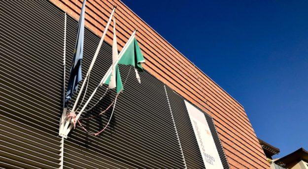 Bandiere vittima di incuria e degrado alla Biblioteca Mario Luzi di Firenze