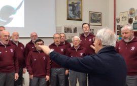"""Il Coro """"La Martinella"""" mentre esegue l'Inno nazionale"""